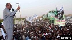 President Omar Hassan al-Bashir saat menyampaikan pidatonya di Khartoum (8/6).
