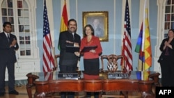 Thứ trưởng Ngoại giao Bolivia Juan Carlos Alurralde và giới chức cấp cao của Bộ Ngoại giao Mỹ, bà Maria Otero, ký thỏa thuận ở La Paz, Bolivia, ngày 7/11/2011