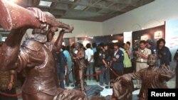 Mahasiswa melihat patung bentrokan antara polisi dan mahasiswa di Universitas Trisaksi. Pameran itu memperingati satu tahun tewasnya empat mahasiswa Trisakti dalam demonstrasi anti-pemerintah yang berujung mundurnya Presiden Suharto, Jakarta, Mei 1999 (Foto:dok)