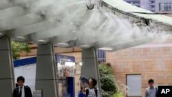 Máy phun sương giúp làm mát trong đợt nắng nóng ở Tokyo, 13/7/2018