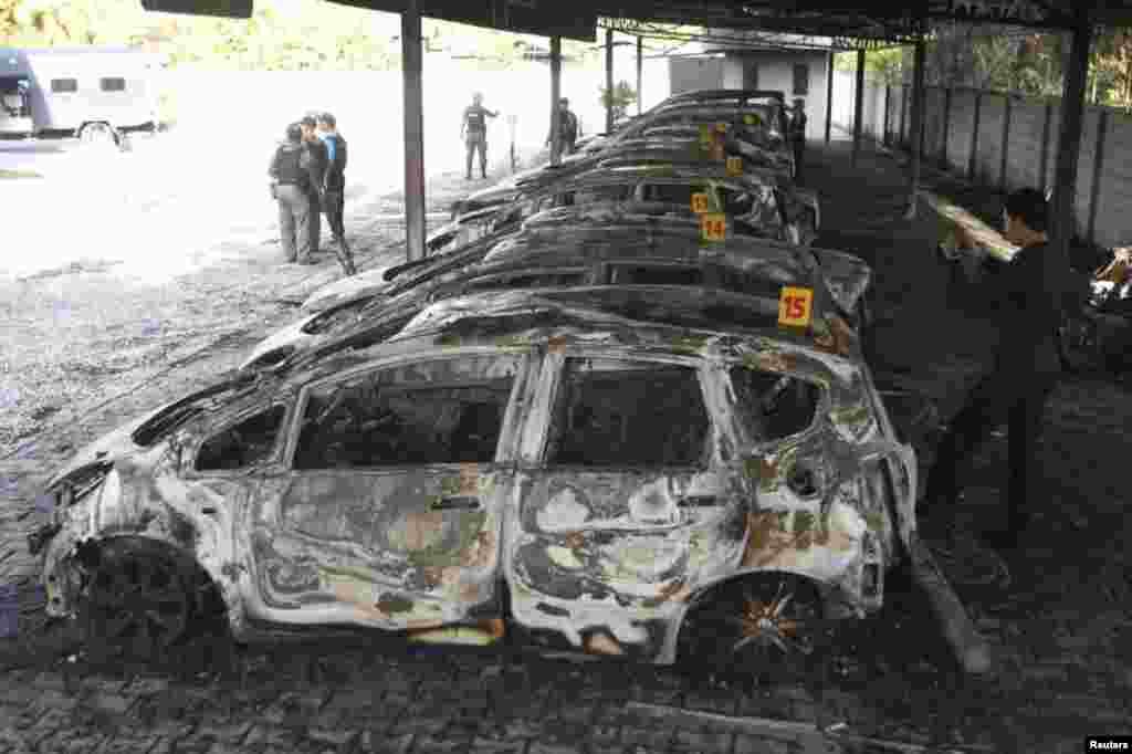 بازرسی نيروهای امنيتی تايلند از يک نمايشگاه اتومبيل های هوندا که ستيزه جويان مظنون مسلمان در استان پاتانی در جنوب تايلند آن را به آتش کشيدند. رويترز