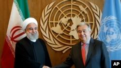 Presiden Iran, Hassan Rouhani (kiri) bersama Sekjen PBB Antonio Guterres di Markas Besar PBB, New York, 26 September 2018.