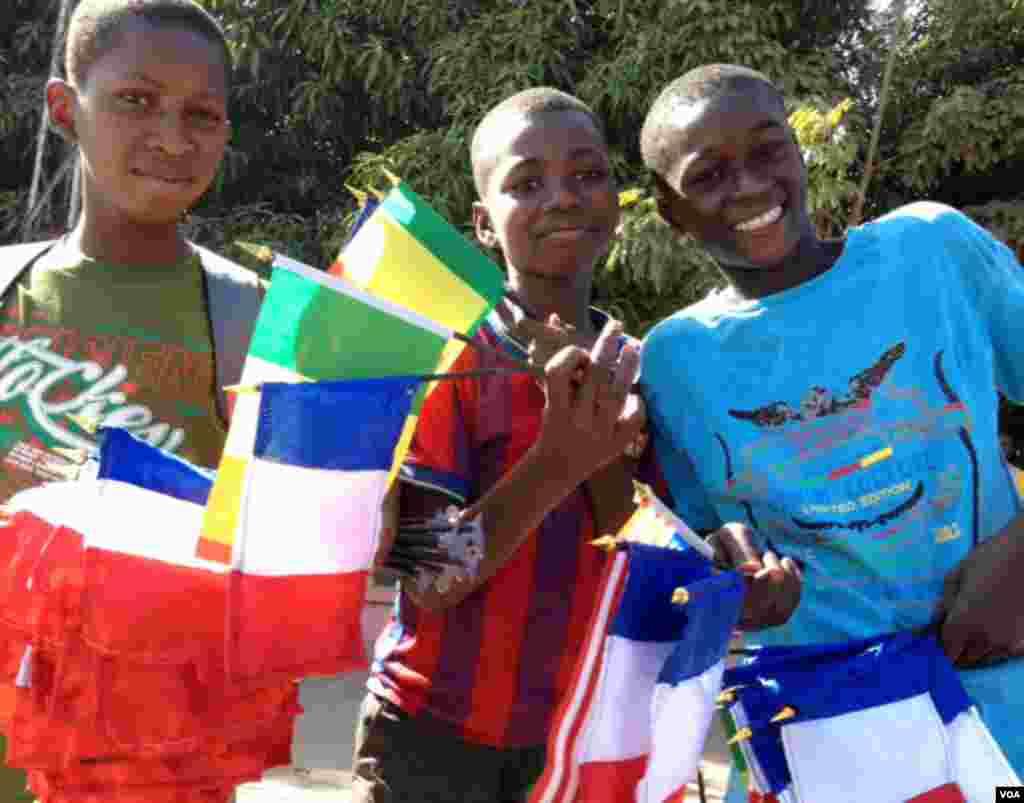 马里街头卖国旗的商贩。法国旗成了热门,当然马里旗也少不了。(2013年1月18日)(Idrissa Fall/VOA)