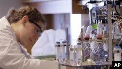 Một nhà nghiên cứu, trong một phòng thí nghiệm ở thành phố Boston, làm việc cạnh chiếc máy xét nghiệm máu hiện đại với độ nhạy cao có thể phát hiện 1 tế bào ung thư giữa hàng tỉ tế bào lành mạnh, 3/1/11