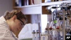 Para peneliti menggunakan virus AIDS yang tidak menular, untuk memasukkan materi genetika ke dalam sel-sel T, yang kemudian disuntikkan kembali ke tubuh penderita leukimia, menyusul prosedur kemoterapi. (Foto: dok).