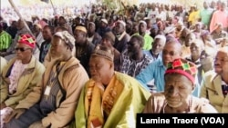 Des populations de Yirgou à la rencontre avec le président du Faso, à Yirgou, le 6 janvier 2019. (VOA/Lamine Traoré)
