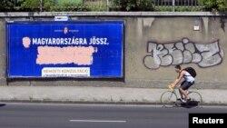 Tấm biển gièm pha người nhập cư của chính phủ bị các nhà hoạt động đối lập phá hủy ở Budapest, Hungary, ngày 10 tháng 6 năm 2015.