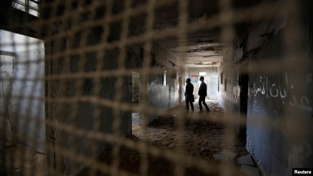 Palestinians visit prison cells in Gaza City that had been used by Israeli security services to keep Palestinian prisoners during Israel's occupation of Gaza Strip, April 11, 2013.