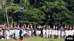 Para petani, buruh dan pedagang warga dusun Sembungan adakan upacara peringatan HUT RI ke-69 di areal sawah dusun Sembung, Minggu, 17 Agustus 2014. (VOA/Munarsih Sahana)