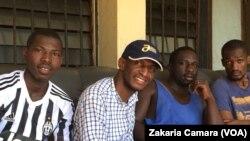 Badra Kone, candidat indépendant et ses amis, en Guinée le 29 octobre 2016. (VOA/Zakaria Camara)