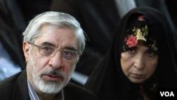 伊朗反对派领袖穆萨维(左)抨击伊朗最高精神领袖哈梅内伊与40年前被推翻的巴列维国王一样专制。