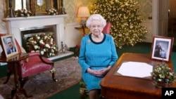 Foto yang dirilis pada 25 Desember 2016 ini, menunjukkan Ratu Inggris Elizabeth II di Regency Room, Istana Buckingham di London, setelah merekam ucapan Natal kepada rakyatnya yang merupakan tradisinya.