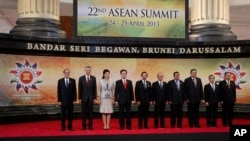Para pemimpin negara-negara ASEAN berpose bersama saat bertemu di pertemuan puncak ASEAN ke-22 di Bandar Seri Begawan, Brunei (25/4).