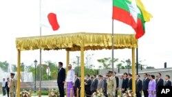 Tổng thống Miến Điện Thein Sein và Thủ tướng Nhật Bản Shinzo Abe đứng trước đội quân danh dự dàn chào tại dinh tổng thống ở Naypyitaw, Miến Điện 26/5/13