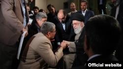 شاعران گزینش شده فرصت دیدار فردی با خامنهای را هم پیدا میکنند. فرد وسط تصویر که خم شده، سردار وحید معاون اجرایی رهبری است.