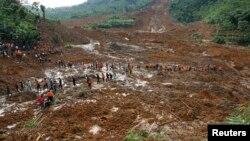 印尼救援人員走過暴雨引發泥石流掩埋一個村莊,搜救失蹤村民。