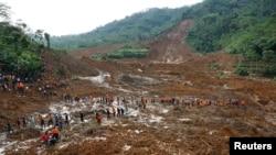 Tentara dan tim SAR menyisir lumpur usai tanah longsor yang menimpa desa Sampang di Banjarnegara (13/12).