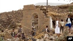 Warga Yaman mencari korban yang selamat di reruntuhan rumah-rumah yang dihancurkan oleh serangan udara yang dipimpin oleh Arab Saudi di sebuah desa dekat Sana'a, 4 April 2015.