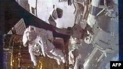 Astronautët e Discovery-t kryejnë ecjen e parë nga dy të planifikuarat në hapësirë