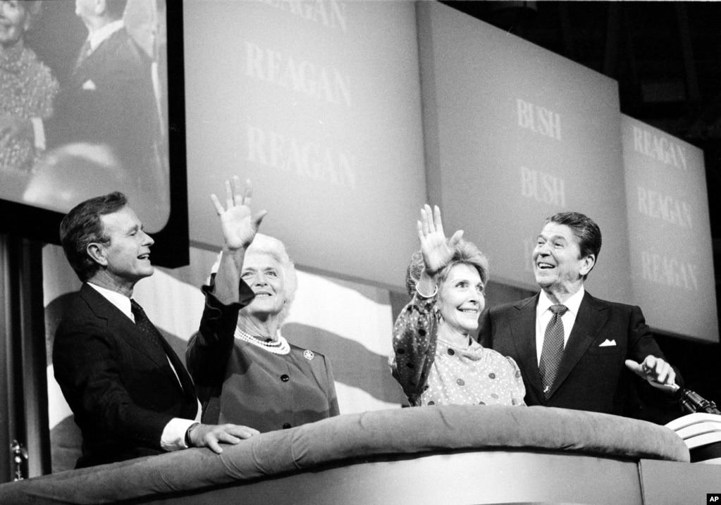 1984年8月23日,在美國德克薩斯州達拉斯共和黨全國大會最後一次會議上,羅納德·裡根總統,第一夫人南希·裡根,副總統喬治·布什和夫人芭芭拉,對場上的歡呼聲作出反應。