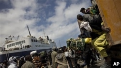 Hundreds of migrants arrive at the port moments before to flee fighting in the besieged Libyan city of Misrata, May 4, 2011