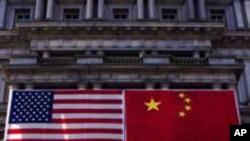 美中兩國國旗懸掛在白宮旁邊的舊行政大樓外(資料圖片)