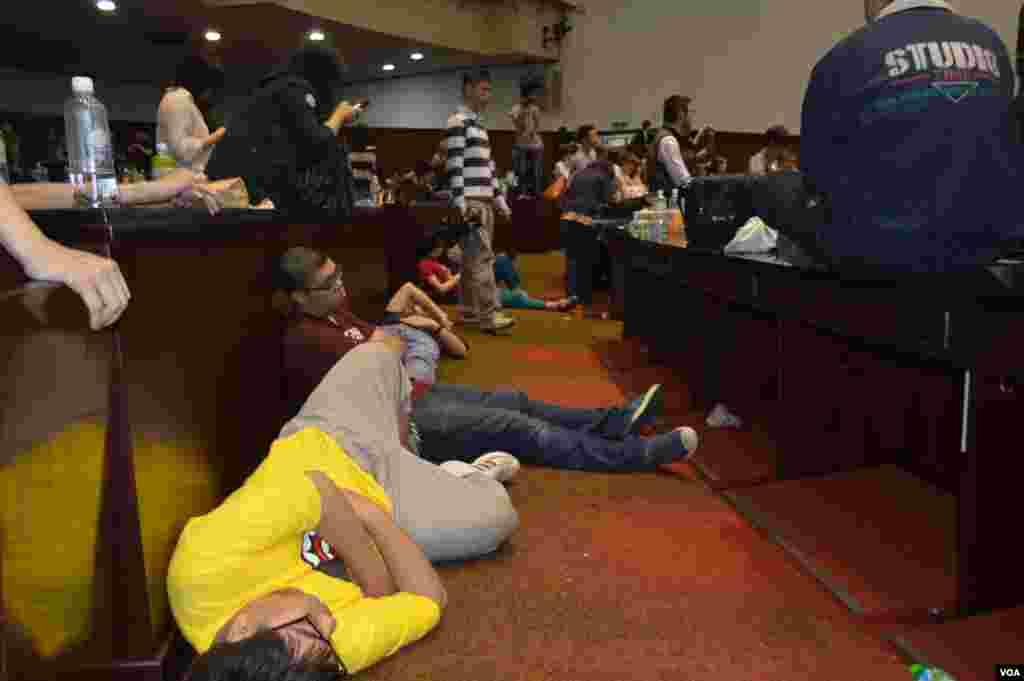 疲劳的学生席地而睡(美国之音申华拍摄)