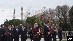 Le Premier ministre Ahmet Davutoglu et son épouse Sare visitent le site des explosions dans le district historique de Sultanahmet, Istanbul, 13 janvier 2016.