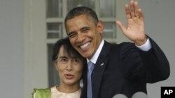 Prezident Barak Obama Rangunda Birma muxolifati rahbari Aun San Su Chi bilan uchrashmoqda, 19-noyabr, 2012-yil.
