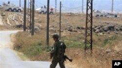국경을 사이에 두고 각각 순찰하는 UN군 장갑차와 레바논 군인