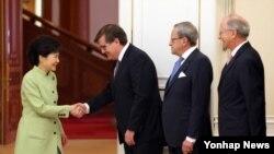 박근혜 한국 대통령(왼쪽)이 17일 청와대에서 서유럽·영연방 국가 주한 외교사절을 접견, 인사하고 있다.