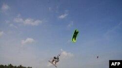 Lướt ván diều tại bãi biển Mũi Né, Việt Nam (ảnh tư liệu)