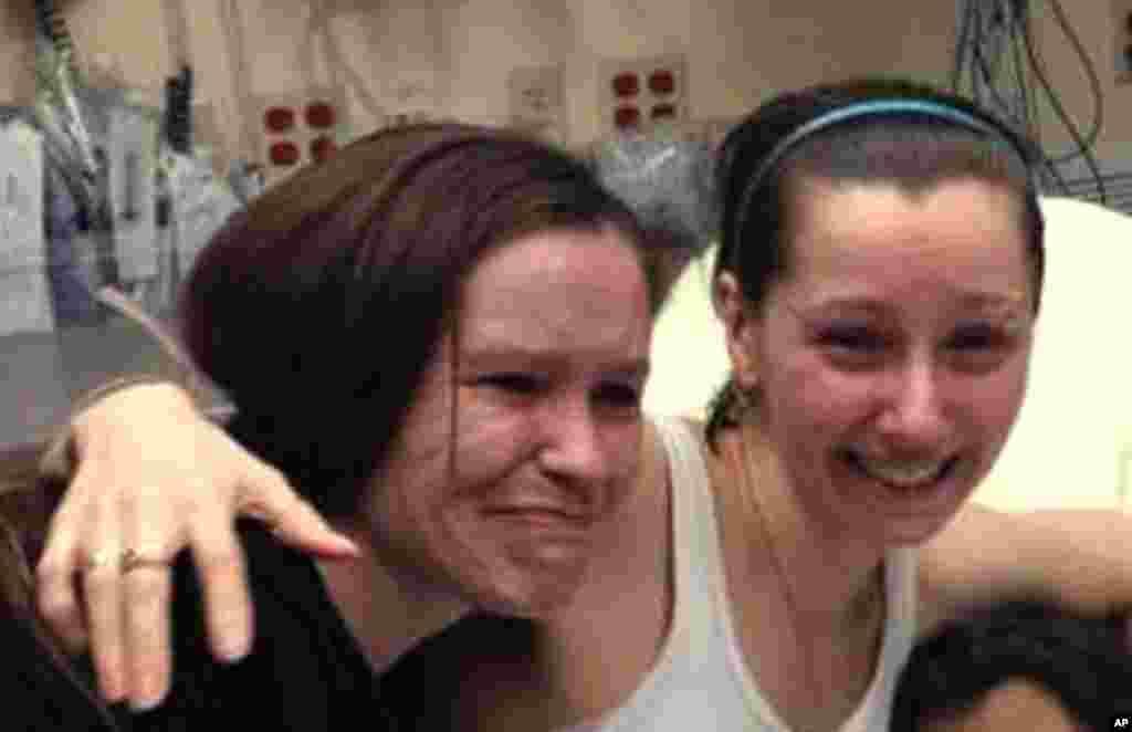 Amber Berry (uma das desaparecidas) abraça a irmã Beth Serrano depois da reunião num hospital de Cleveland (Maio de 2013)