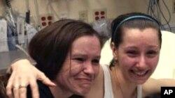 Amber Berry embrasse sa soeur Beth Serrano après s'être retrouvées dans un hôpital de Cleveland, lundi 6 mai 2013. (Document de Famille, courtoisie WOIO-TV)
