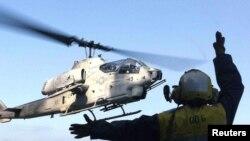Un hélicoptère de la marine américaine, le Super Cobra, au sud de la Californie, le 2 octobre 2001.