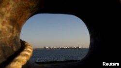 Bến tàu chuyển dầu nhìn từ một con tàu tại cảng Kalantari ở thành phố Chabahar, phía đông eo biển Hormuz, Iran.