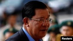 រូបឯកសារ៖ លោកនាយករដ្ឋមន្ត្រី ហ៊ុន សែន ចូលរួមការប្រារព្ធទិវាសិទ្ធិកុមារនៅទីក្រុងភ្នំពេញ កាលពីថ្ងៃទី៣១ ខែឧសភា ឆ្នាំ២០១៦។ (REUTERS/Samrang Pring)