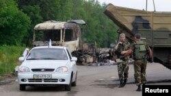 Các phần tử nổi dậy thân Nga canh gác tại một điểm kiểm tra bên ngoài Luhansk, Ukraine, ngày 18/6/2014.