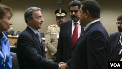 Presiden Colombia Álvaro Uribe saat bertemu Presiden Venzuela Hugo Chávez, Mei 2008.