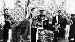 Hələ Rza Şahın dönəmində də bir mərkəzdən idarə olunan İranda etnik və dini azlıqların hüquqları tanınmırdı.
