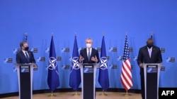 (Dari Kiri) Menlu AS Antony Blinken, Sekjen NATO Jens Stoltenberg, dan Menhan AS Lloyd Austin dalam konferensi pers bersama di markas NATO di Brussel, pada 14 April 2021. (Foto: JOHANNA GERON/POOL/AFP)