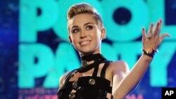 지난 6월 미국 마이애미시에서 수영장 파티를 주최한 마일리 사이러스(Miley Cyrus).