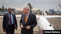 Le chef des opérations de maintien de la paix de l'ONU, Hervé Ladsous, inspectant l'un des drones.