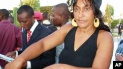 Elsa Luvualu foi detida durante a manifestação de 25 de Maio e após ser libertada,mostra as marcas das algemas nos pulsos