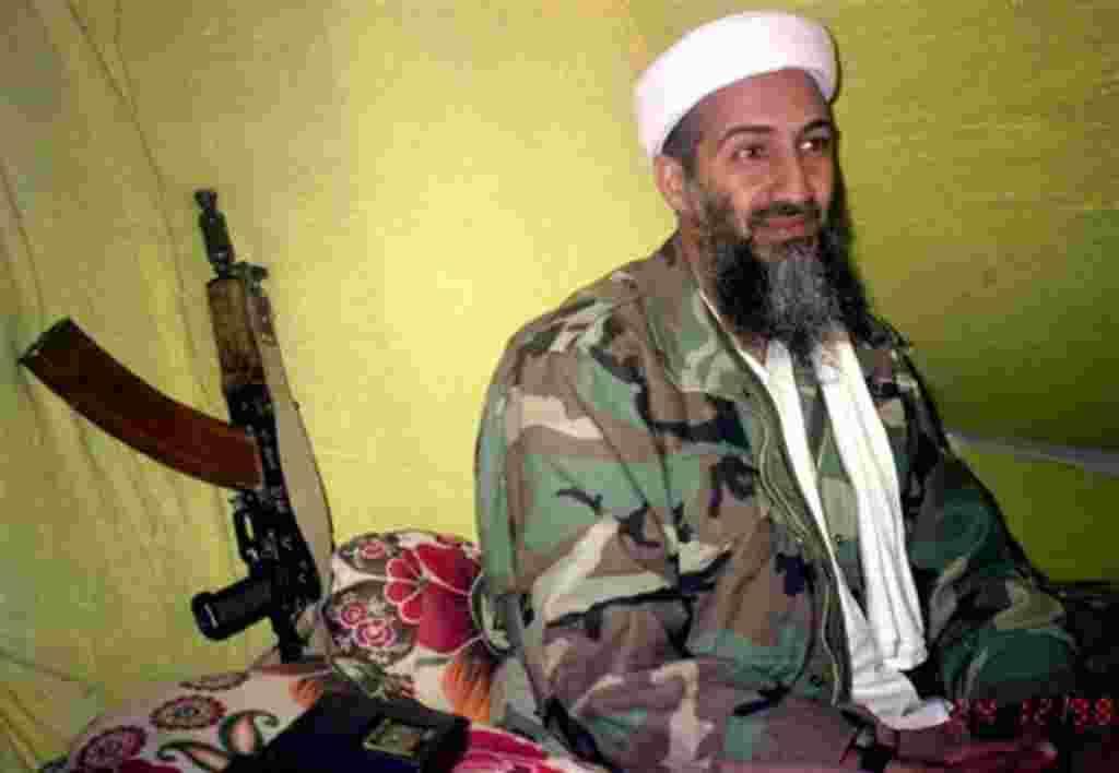 El líder de al-Qaeda, Osama bin Laden, se dirige a un grupo selecto de reporteros en las montañas de la provincia de Helmand en el sur de Afganistán, 24 de diciembre 1998.