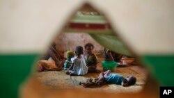Niños musulmanes desplazados juegan en una mezquita a la salida de Bangui, en la República Centro Africana.