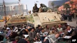 埃及示威者在解放廣場的坦克下面渡過寒冷的夜晚