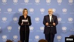 اعلام روز اجرای برجام توسط فدریکا موگرینی نماینده ۱+۵ (چپ) و محمدجواد ظریف وزیر خارجه ایران - ۲۶ دی ۱۳۹۴