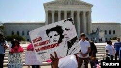 El legado del gobierno del presidente Barack Obama sobre el tema de inmigración recibe un duro golpe con la decisión de la Corte.