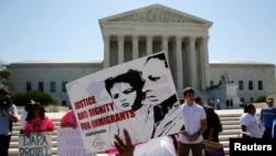 Anayasa Mahkemesi önünde protesto eylemi düzenleyen göçmenler